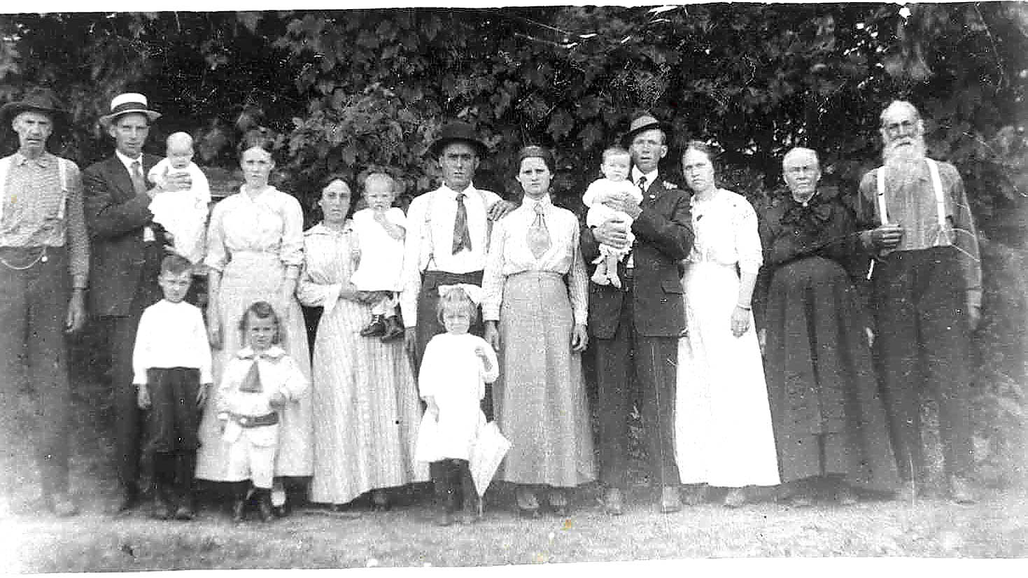 Lindsey Epison Smith and some of his family in 1916